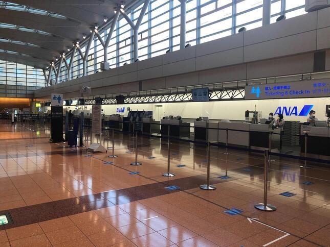 第2ターミナル出発ロビーの搭乗手続き窓口。