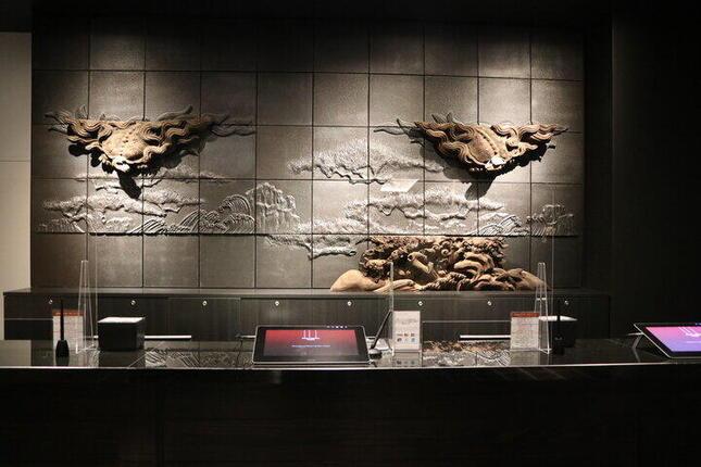 フロントには浄教寺の装飾品を使用した壁面アートが