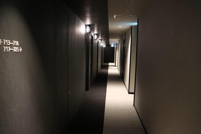 廊下も白と黒のモダンなデザイン
