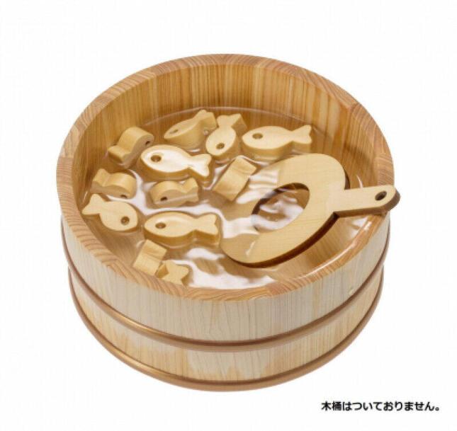 ヒバの木から作られた大小さまざまな金魚を、付属のポイですくって遊ぶ