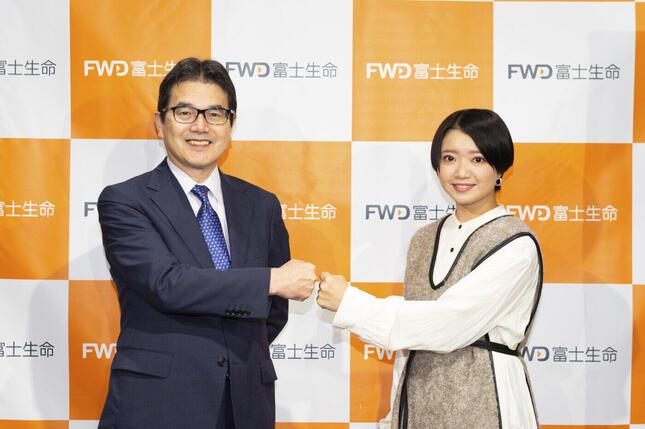 FWD富士生命保険友野紀夫社長(左)と矢方さん