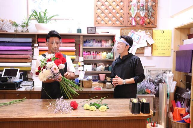 匠の指導の下、花束作りに挑戦する魔裟斗さん