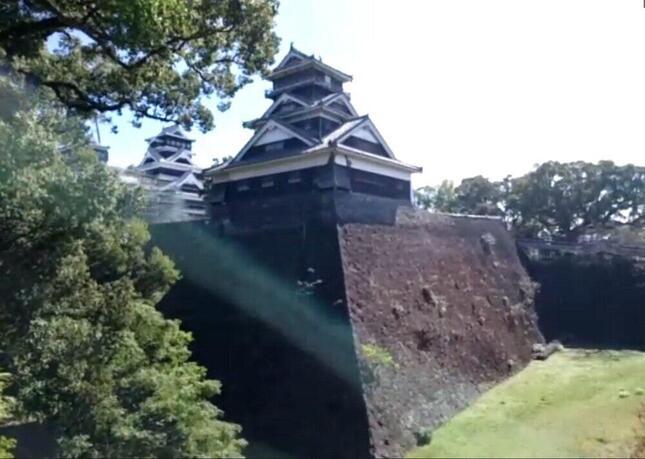 宇土櫓と、上部にいくほど垂直に近くなる構造の石垣「武者返し」