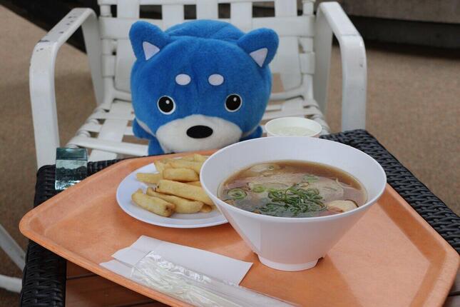 食事は近くにあるレストランで済ませることも、テイクアウトしてブースで食べることも可能