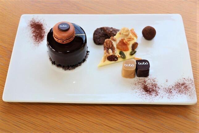 ビュッフェでは好きなケーキ1つと、チョコレートやクッキーが乗ったプレートを楽しめる