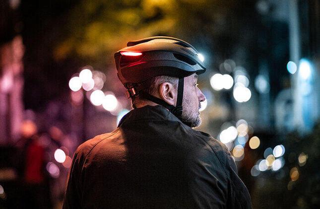 LEDとウィンカーを搭載した革新的な自転車用ヘルメット