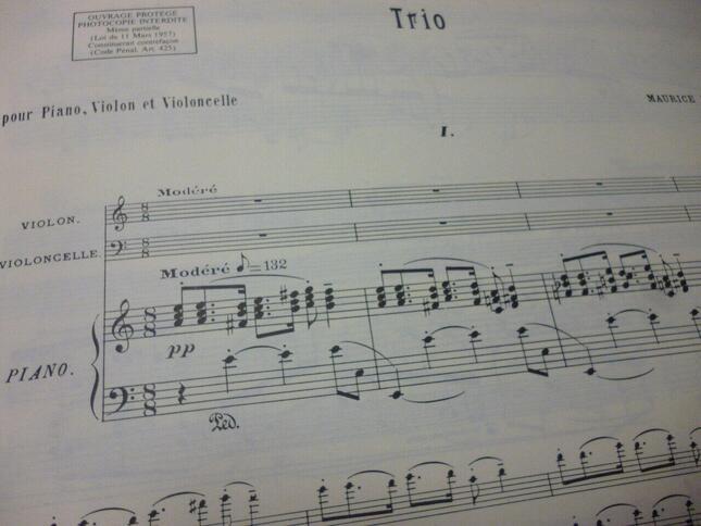 ラヴェルのピアノ三重奏曲の第1楽章の楽譜。当時としては大変珍しい、不思議な「3+2+3=8」という8分の8拍子で始まる