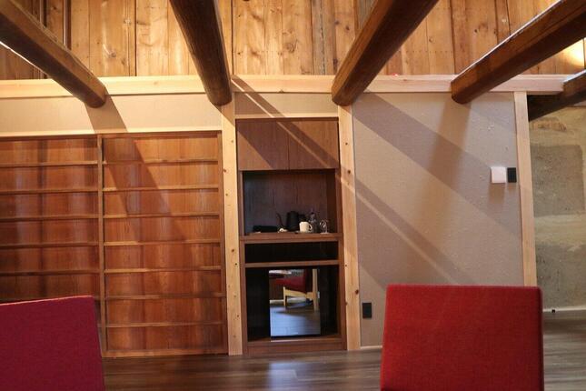 客室「初瀬」1Fのリビングスペースにあるソファーに座ると見える景色。メゾネット式の部屋で、2Fからの柔らかい灯りに癒される