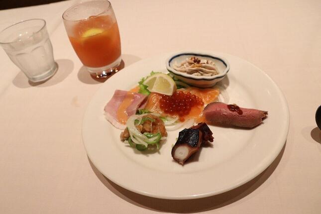 宿から往復タクシーで訪れた洋食 Katsuiのディナーの一皿。オードブル