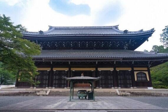 禅寺では、入門したての新米も、古参も老師も、毎日一緒に掃除をする伝統があるという