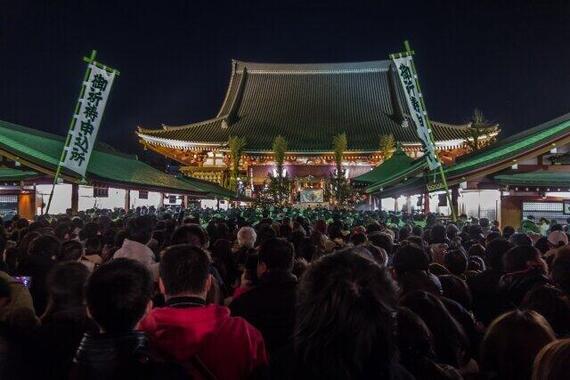 参拝者で賑わう浅草寺