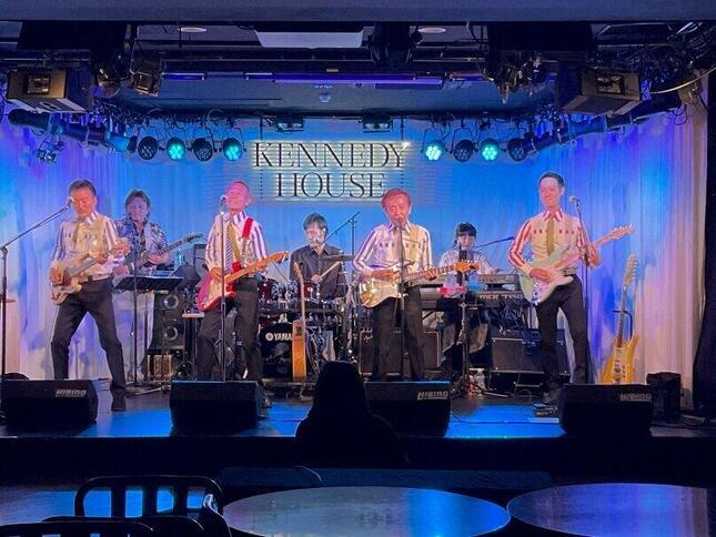 ケネディハウス銀座で行われたワイルドワンズ・オンライン配信のステージ。前列左から島英二、植田芳暁、鳥塚しげき、加瀬友貴のメンバー。