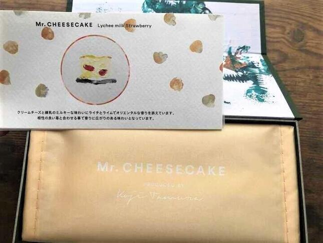 開けると丁寧に包装されたチーズケーキと「美味しい食べ方」の説明書がイラストで同封されている