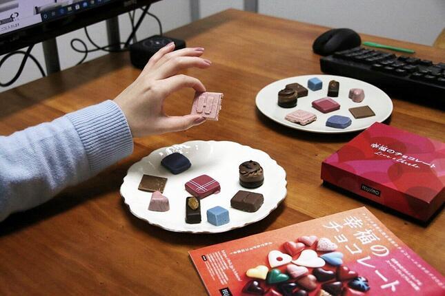 チョコレート好き垂涎のレアチョコレートを集めたカタログ「幸福のチョコレート」を眺めながら、レアチョコレートを試食