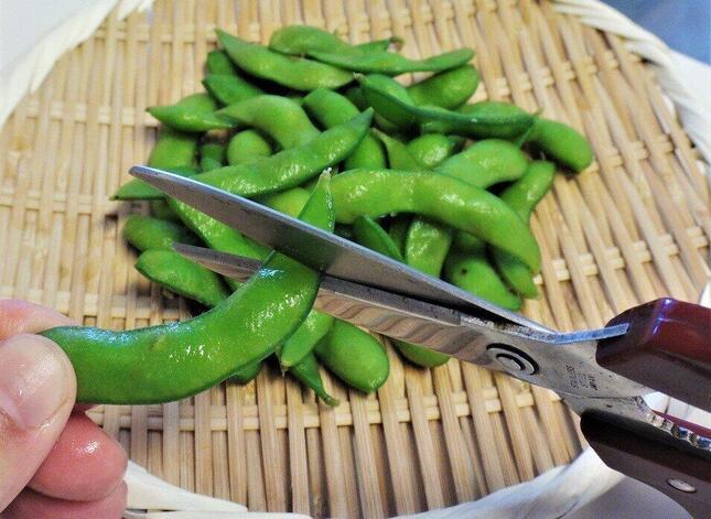 冨永の台所でキッチンばさみが活躍するのは、枝豆の端っこを落とすとき