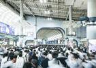 緊急事態宣言の朝、きょうも満員電車 首都圏鉄道は遅延も相次ぎ参った