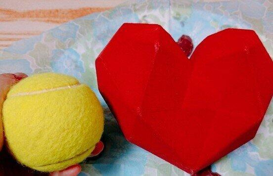 テニスボールと「ブレイクマイハートビッグ」の大きさ比較