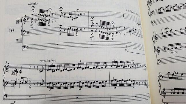 実は生前には印刷譜がほとんど出版されていないJ.S.バッハの有名曲「トッカータとフーガ」の現代の印刷楽譜