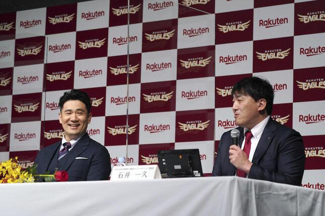 田中将大投手(左)の楽天入団会見に出席した石井一久監督(写真:AP/アフロ)