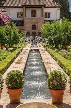 グラナダの世界遺産アルハンブラ宮殿の離宮、ヘネラリーフェの情景。噴水が印象的