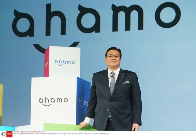 「ahamo」について発表するNTTドコモ・井伊基之社長(写真:REX/アフロ)