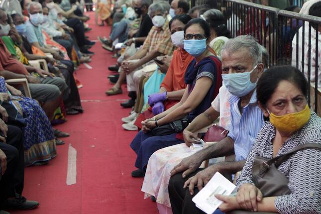 新型コロナ感染症 インドでワクチン接種 (AP/アフロ)