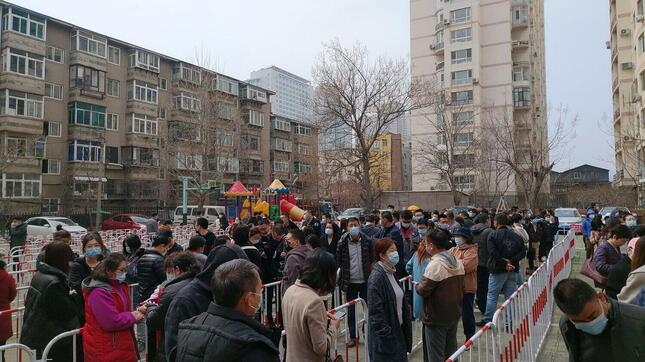 2回目の接種時、大勢の人が列を作って待っていた