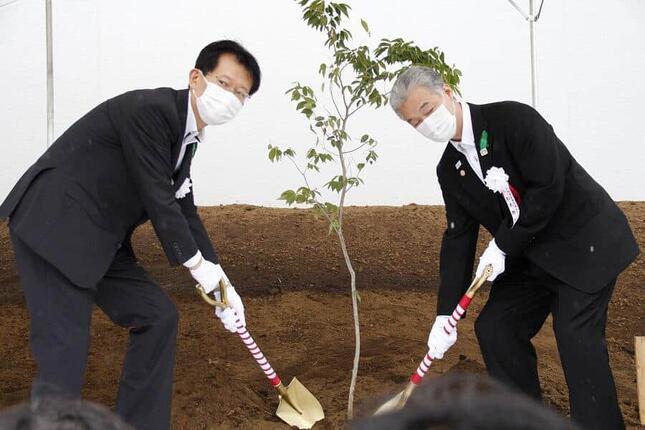 佐藤智秀・準備局次長と、松本雅昭・福島県東京事務所長(左から)