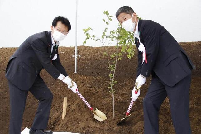千葉章・宮城県東京事務所長(右)
