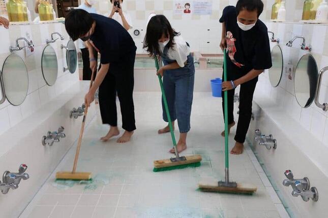 床をブラシでしっかり掃除
