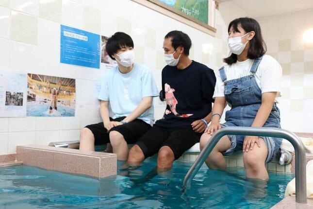 足湯として浸かり、談笑する学生たち