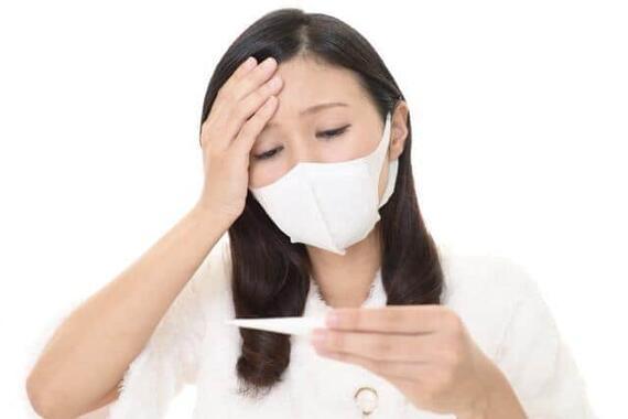 厚生労働省は接種後の発熱に市販薬を使えると説明しているが
