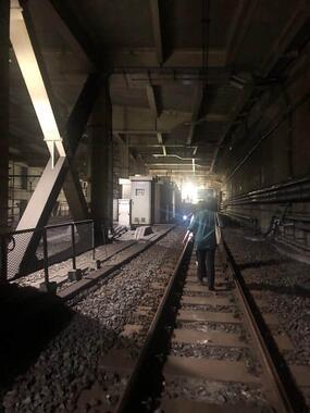 ようやく降車し、目黒駅に向かって線路を歩く(写真は「スタジオるんばHP管理人」さんの提供)