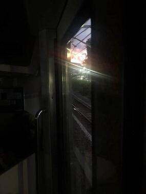 停電となった山手線の車内(写真は「スタジオるんばHP管理人」さんの提供)