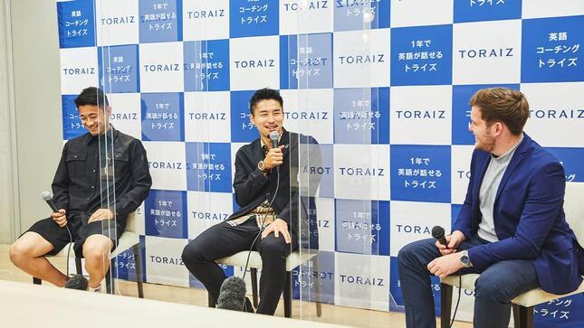 講師との会話に英語で応じる中山選手と菅原選手