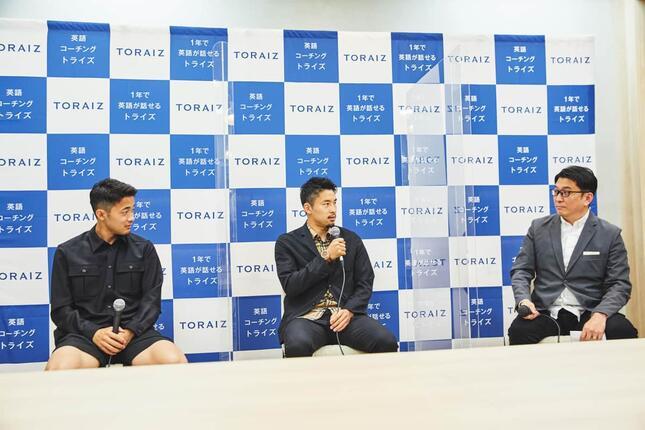 トライオン・三木雄信社長(写真右)からの質問に答える中山選手