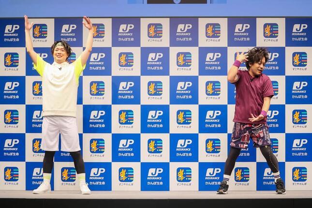 シュウペイさんの横で、アレンジ版ラジオ体操を行う松陰寺さん