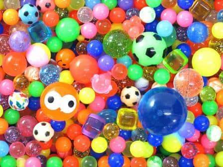球体以外にも「キューブ型」はじめ、ユニークなデザインが増えているスーパーボール
