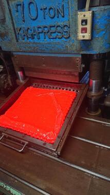 材料をたこ焼き器のような型に流し入れる(画像提供:森田ゴム工業)