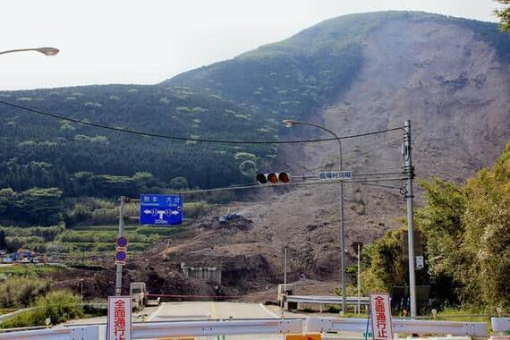 2016年4月の熊本地震による、南阿蘇村・阿蘇大橋の崩落現場。当時、熊本市につながる国道57号への道が寸断された(2016年5月、編集部撮影)