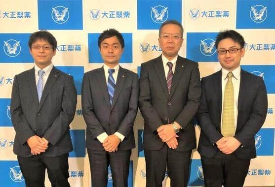 大正製薬・セルフメディケーション開発研究所のメンバーと、ネイチャーラボ・セルラボ所属の竹岡篤史氏(右端)