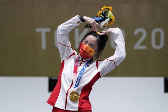東京五輪・射撃女子10mエアライフル個人で金メダルの楊倩選手。表彰式で(写真:AP/アフロ)