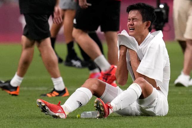 メキシコに敗れ、悔しさに涙した久保建英選手(写真:AP/アフロ)