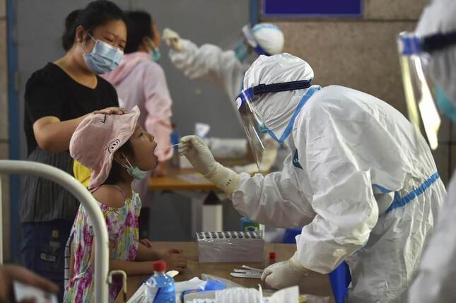 南京市で2021年8月2日に行われたPCR検査の様子(写真:AP/アフロ)