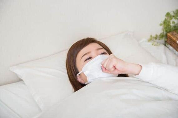 一人暮らしには辛い自宅療養、どう備える(写真はイメージ)