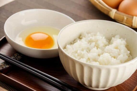卵かけご飯、卵は溶いてから?それともそのまま乗せる?