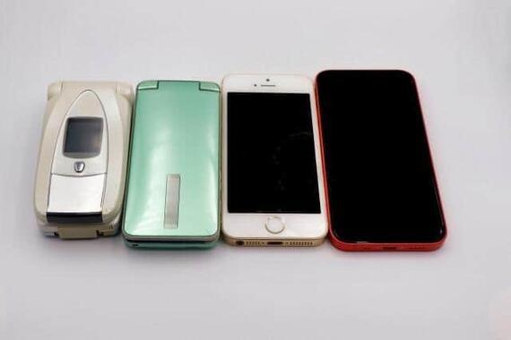 携帯電話は折り畳み式から進化してきたが 今度iPhoneが畳めるように?(画像はイメージ)