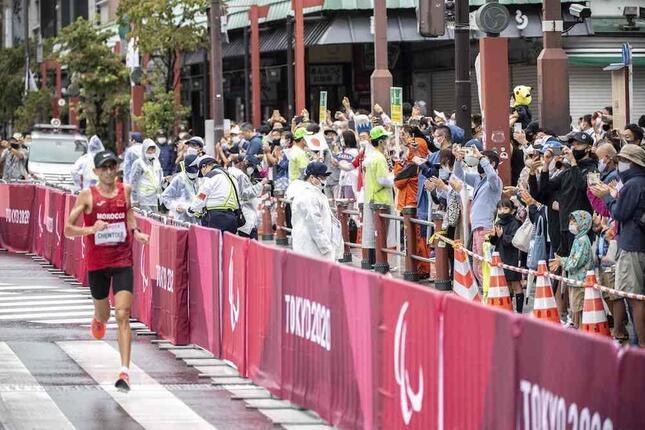 2021年9月5日の東京パラリンピック・陸上男子マラソンT12 沿道には何人もの観客(写真:AFP/アフロ)