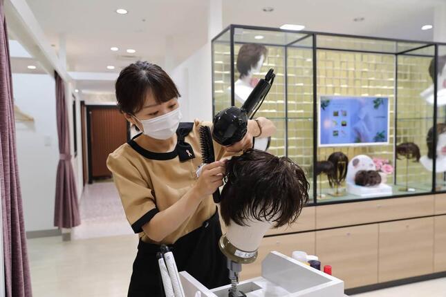 利用客の髪の魅力を最大限に引き出すために、プロが様々なアドバイスを行う