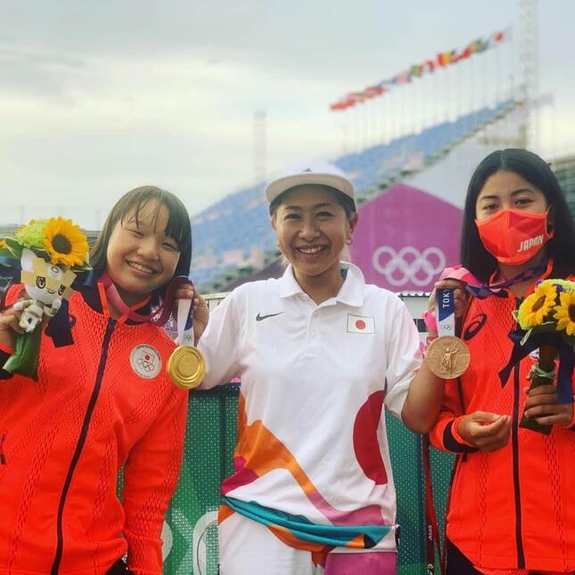 (左から)西矢椛選手、宮本美保コーチ、中山楓奈選手